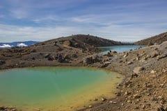 Laghi verde smeraldo dell'incrocio alpino di Tongariro Immagine Stock