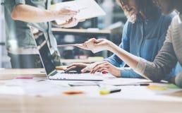 Lagjobb Ung businessmansbesättning för foto som arbetar med nytt startup projekt i modern vind Generisk designanteckningsbok på t Arkivfoto