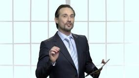 Lagledare för mogen affär som ger presentation lager videofilmer