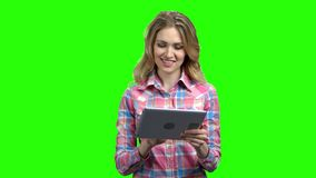 Lagledare för ung kvinna som ger en presentation lager videofilmer