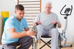 Lagledare som hjälper den ogiltiga pensionären Arkivbilder