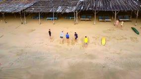 Lagledaren visar övningar på sandstranden på att surfa kurs arkivfilmer