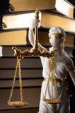 Laglig kod, framtvingande av lagen och blint Iustitia begrepp med statyn av det band för ögonen på damrättvisadiket i grekiskt oc royaltyfri fotografi