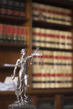 Laglig staty Themis för lagkontor Arkivbilder