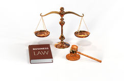 Lagliga attributes: gavel, scale och lagbok royaltyfria foton