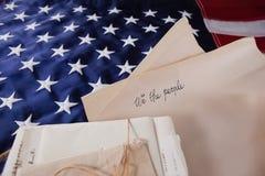 Lagliga dokument som är ordnade på amerikanska flaggan Fotografering för Bildbyråer
