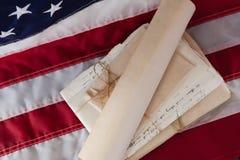 Lagliga dokument som är ordnade på amerikanska flaggan Royaltyfria Bilder