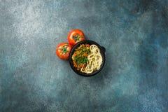 Lagman asiático tradicional do macarronete com vegetais e carne Tomates Vista superior Foto de Stock