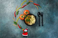 Lagman asiático tradicional do macarronete com vegetais e carne Vista superior Conceito do Natal fotos de stock royalty free