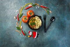 Lagman asiático tradicional do macarronete com vegetais e carne Vista superior Conceito do Natal Fotos de Stock Royalty Free