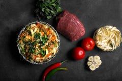 Lagman asiatico tradizionale della tagliatella con le verdure e la carne Immagine Stock