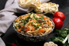 Lagman asiatico tradizionale della tagliatella con le verdure e la carne Fotografia Stock