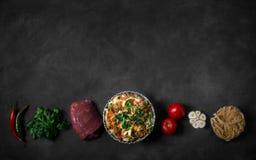 Lagman asiatico tradizionale della tagliatella con le verdure e la carne Orientamento orizzontale Immagine Stock