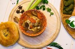Lagman de la sopa con flatbread en la opinión superior del tablero de madera imagen de archivo libre de regalías