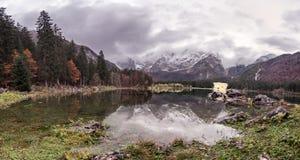 Lago二富西内- Mangart湖在秋天或冬天 免版税库存图片