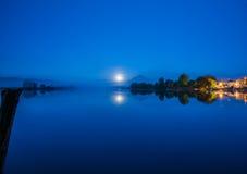 Lago二波斯塔菲布雷诺在夜, Ciociaria,意大利之前 免版税库存照片