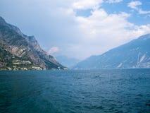Lago在一场重的暴雨前的di加尔达,在Limone sul加尔达,南蒂罗尔,意大利 免版税库存照片