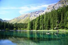 Lago, árboles y montañas Fotos de archivo libres de regalías