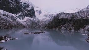 lago aéreo dos lofatens da metragem de 4K UHD na rocha filme