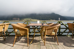 Lago Abant y sillas vacías Foto de archivo libre de regalías