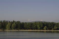 Lago ad alba nella città di Nal'cik, colline pedemontana del Caucaso Immagine Stock Libera da Diritti