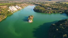 Lago aerial view con acqua stock footage