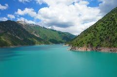 Lago affascinante con l'alta costa e cielo blu con Fotografia Stock Libera da Diritti