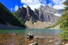 Lago Agnese e pollice dei diavoli dalla casa da tè, parco nazionale di Banff, Alberta fotografie stock