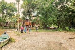 Lago Agrio, туристы нагружая поставки на деревянных шлюпках Стоковые Изображения RF