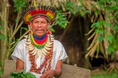 LAGO AGRIO, EQUADOR - 17 DE NOVEMBRO DE 2016: Curandeiro de Siona no vestido tradicional com um chapéu da pena em uma vila nativa fotos de stock royalty free