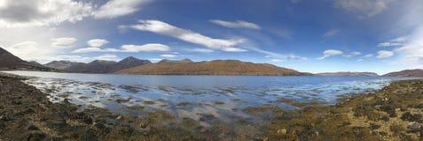 Lago Ainort en la isla de Skye, en las montañas escocesas, Escocia Foto de archivo