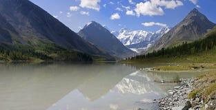 Lago Ak-kem y mt. Belukha, Altai, Rusia fotos de archivo