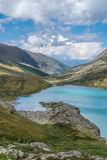 Lago Akchan nelle montagne di Altai immagini stock