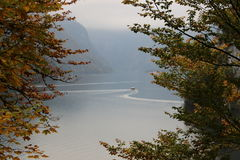Lago al piede delle alpi immagini stock