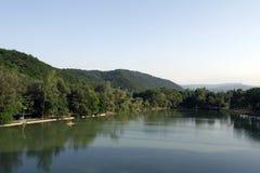 Lago al tramonto nella città di Nal'cik, colline pedemontana del Caucaso Immagine Stock