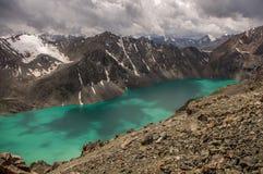Lago ala-kul en las montañas de Tian Shan imagen de archivo libre de regalías