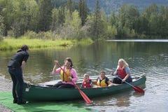Lago Alaska reflections del día de la diversión de la familia del verano Fotos de archivo