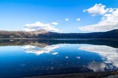 Lago Albano, un lago vulcanico del cratere vicino a Roma, Italia Immagine Stock
