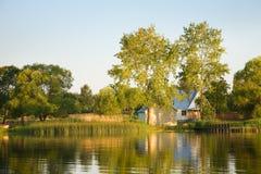 Lago, alberi, casa Immagine Stock