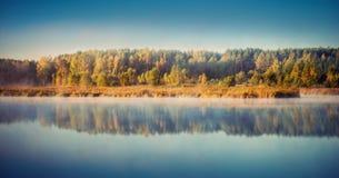 Lago all'alba nebbiosa Fotografia Stock