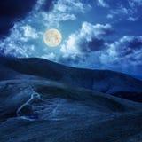 Lago alla cima della montagna alla luce di luna Fotografia Stock Libera da Diritti
