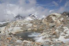 Lago alle alte montagne Immagini Stock