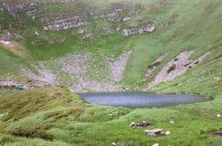 Lago alpestre Brebeneckul en las montañas del verano imagen de archivo