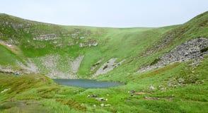 Lago alpestre Brebeneckul en las montañas del verano foto de archivo