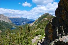 Lago alpestre distante visto de arriba fotografía de archivo libre de regalías