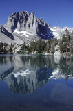 Lago alpestre en la sierra Nevada de California Foto de archivo