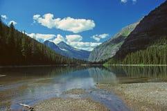 Lago alpestre en las montañas foto de archivo libre de regalías