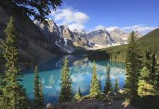 Lago alpestre en Rockies canadienses imagen de archivo libre de regalías
