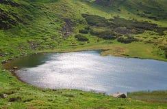 Lago alpestre Nesamovyte en las montañas del verano imágenes de archivo libres de regalías