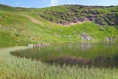 Lago alpestre Nesamovyte en las montañas del verano imagen de archivo libre de regalías